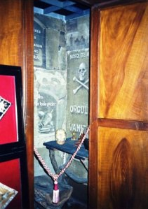 Recreación de una cámara de reflexión del Rito escocés según la visión negativa de la masonería que quería difundir el franquismo. Exposición permanente del Archivo de Slamanca.